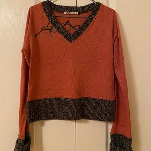 Thin sweater with bird motif.